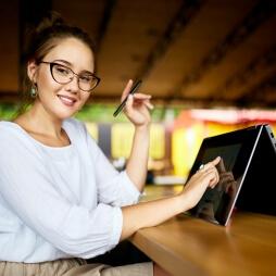 Kiedy warto kupić laptop z ekranem dotykowym?