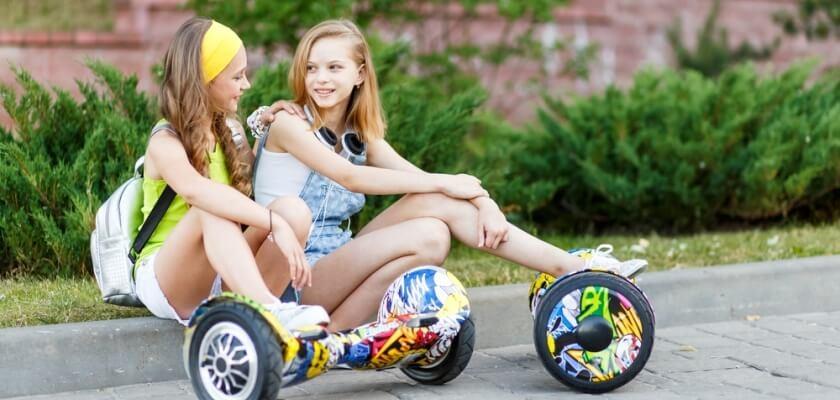 Dziewczynki na deskorolkach elektrycznych