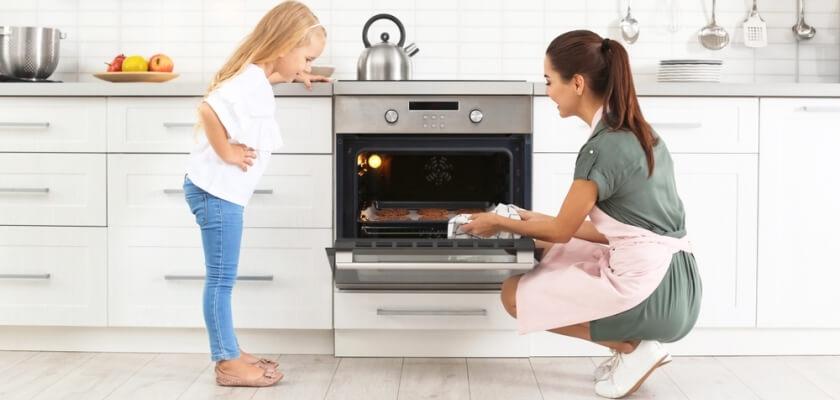 Mama z dzieckiem przy kuchence