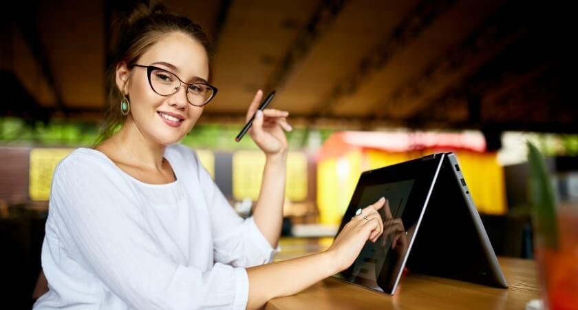 dziewczyna przy laptopie z ekranem dotykowym