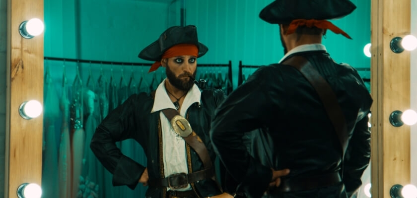 mezczyzna w przebraniu pirata