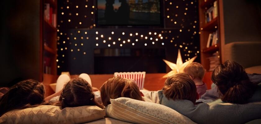 wspolne ogladanie filmu w domu
