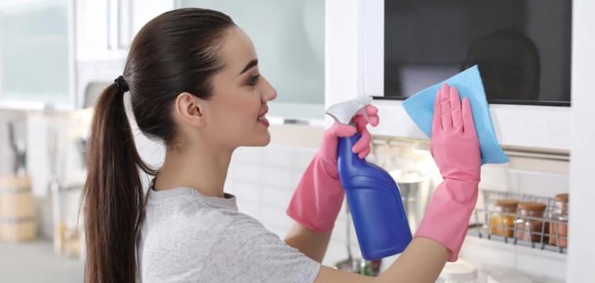 kobieta czysci mikrofalowke